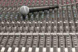 Studiomixer mit unterschiedlichen Kanälen und MIkrofon